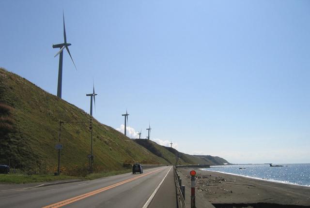 国道232号/苫前町 国道232号苫前町上平付近には、日本海を向いて立っている風車を見ることがで